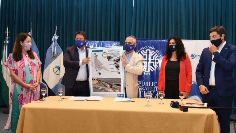 El intendente Gaido y el recto de la UNCo presentan el proyecto.