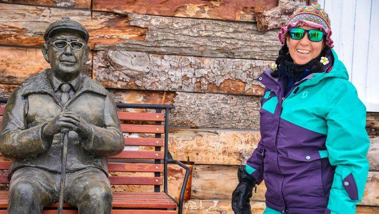 Vero Astete con la escultura de Don América en Chapelco.