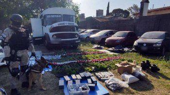 detienen a 3 personas en un motorhome cargado de armas y drogas