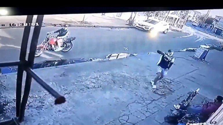 Perro superhéroe salvó a lustrabotas de un ataque motochorro