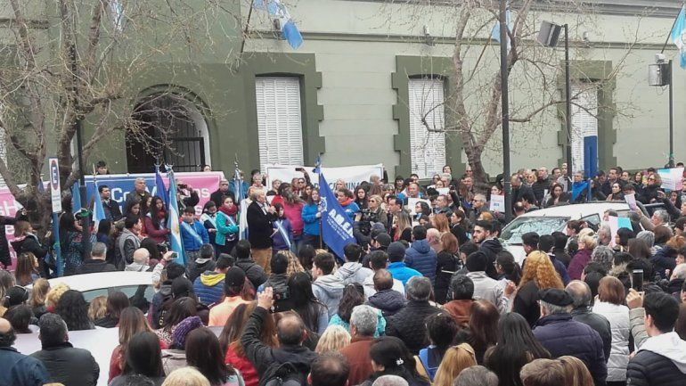 Familias se movilizaron a Casa de Gobierno en apoyo al colegio AMEN