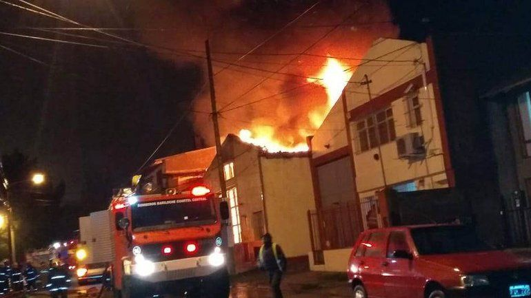 Impresionante incendio consumió una fábrica de bolsas en Bariloche