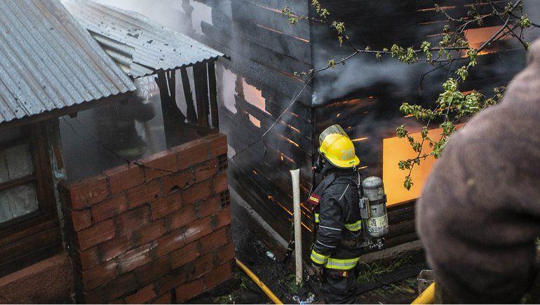 Las impactantes imágenes del incendio que dejó sin nada a una familia