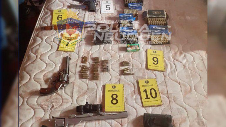 Allanaron por un robo y les encontraron un arsenal de armas