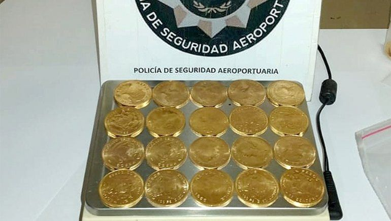 Quiso viajar con 107 monedas de oro, no las justificó y terminó en el calabozo