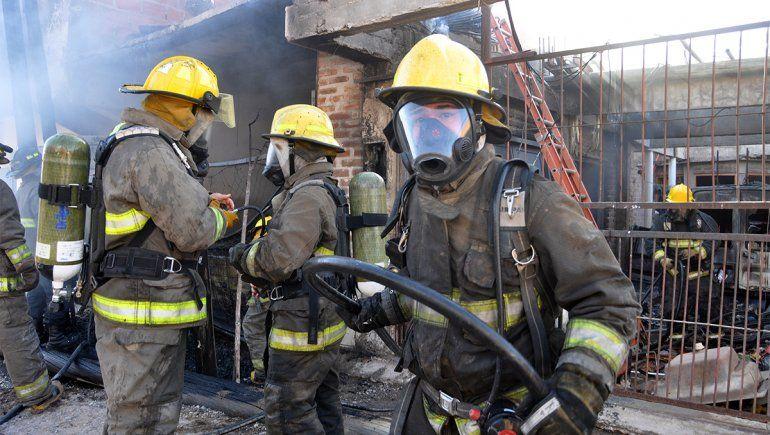 Los bomberos acudieron de inmediato al incendio en La Sirena.