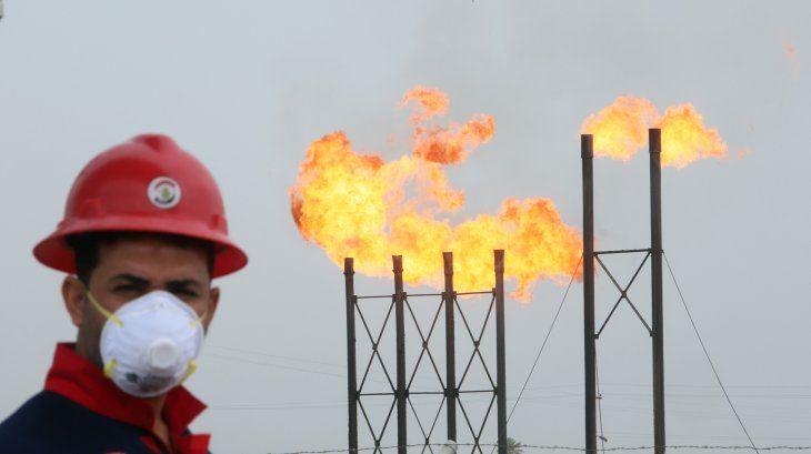 Imagen de archivo de un operario petrolero con mascarilla en las instalaciones del yacimiento de Nahr Bin Umar