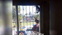 barrio mariano moreno: vecinos quisieron echar a una familia con una molotov