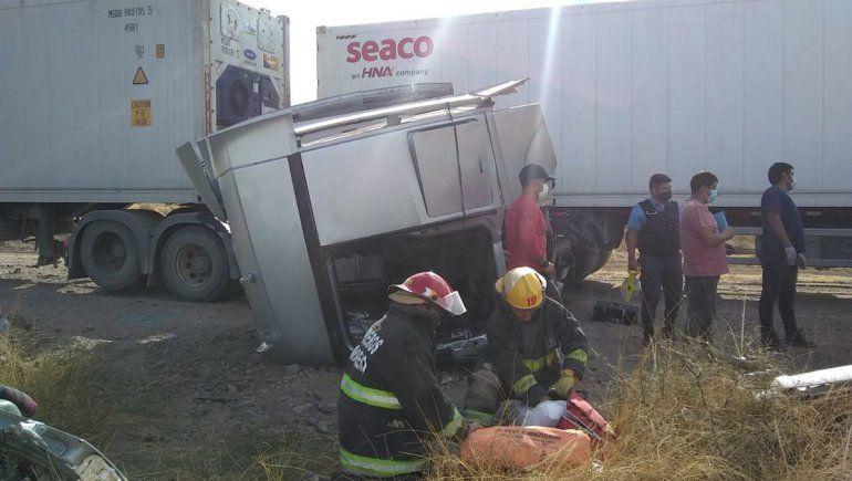 Impresionante choque entre camiones en un camino alternativo por los cortes