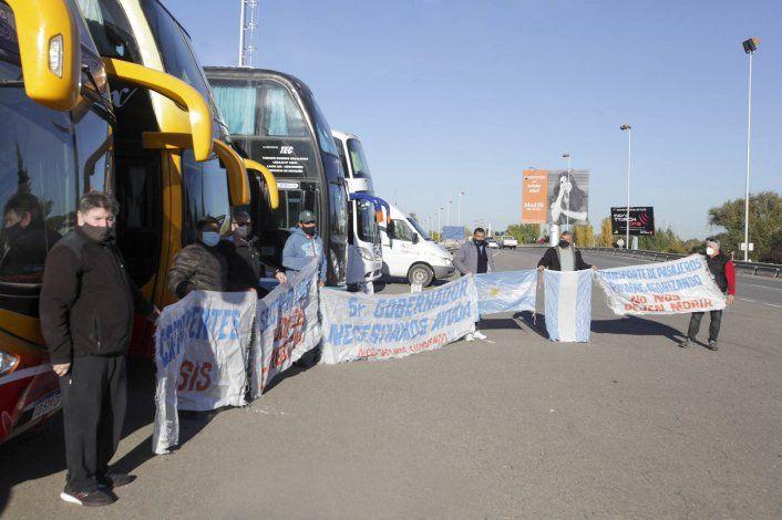 Transportistas resisten en los puentes carreteros por tiempo indefinido