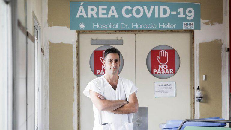 César es médico y jefe del área Covid del Hospital Heller.