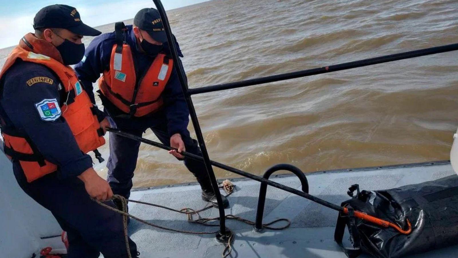 rio de la plata: dos naufragos, un muerto y 37 kilos de cocaina