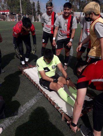 Javier García se lesionó y hubo cambio: entró Orellano que estaba en la platea. (Foto Prensa Petrolero Argentino)