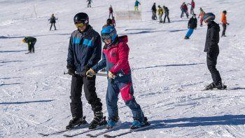chapelco ofrece un curso de esqui low cost para residentes
