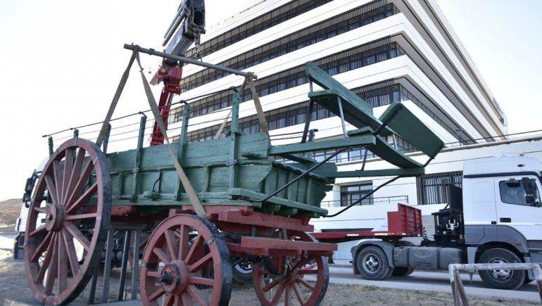 El carretón histórico ya se luce en la Municipalidad del Oeste
