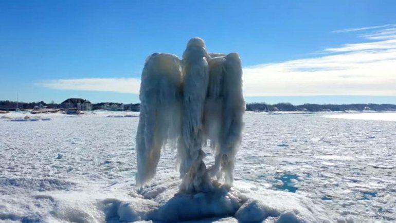 """En Twitter muchos usuarios discuten sobre si el """"ángel de hilo"""" es real o es un fake."""