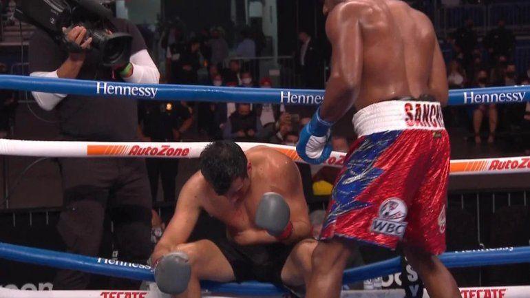 El momento en el que Sánchez tiró afuera del ring a su rival.