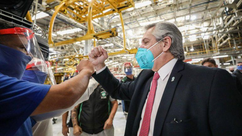 Fernández recorrió la fábrica de Volkswagen tras su reapertura
