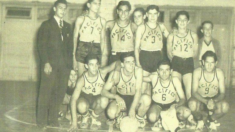 Juan Carlos con equipo Básquetbol Club Pacífico, década del '50.