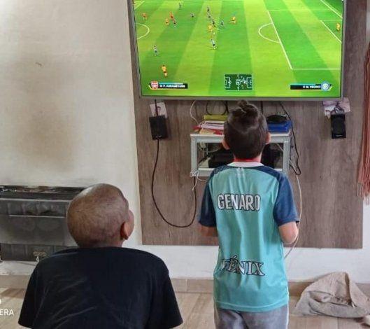 Genaro y Thiago jugando a la play. Juntos eran felices.
