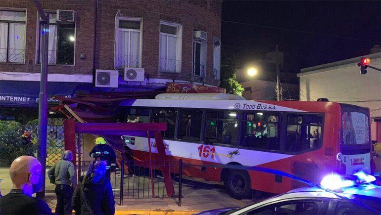 Un colectivo fue embestido por un BMW y terminó adentro de una pizzería