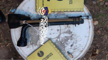 En una de las viviendas allanadas la Policía encontró un arma de fabricación casera.