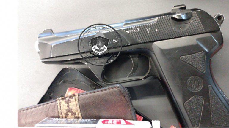 Con un arma trucha, un hombre causó revuelo dentro de un hiper del Bajo