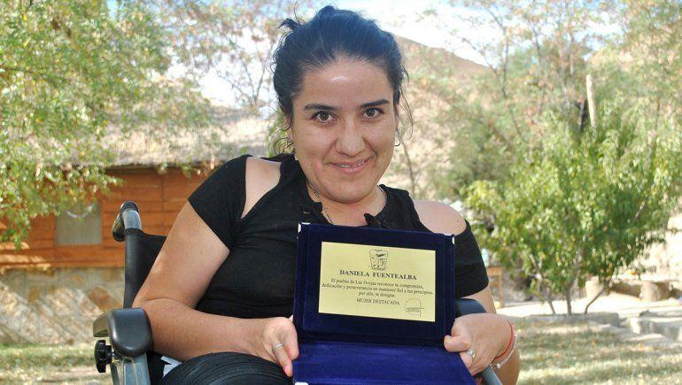 Una maestra ejemplar: Daniela usa silla de ruedas y fue distinguida por su lucha