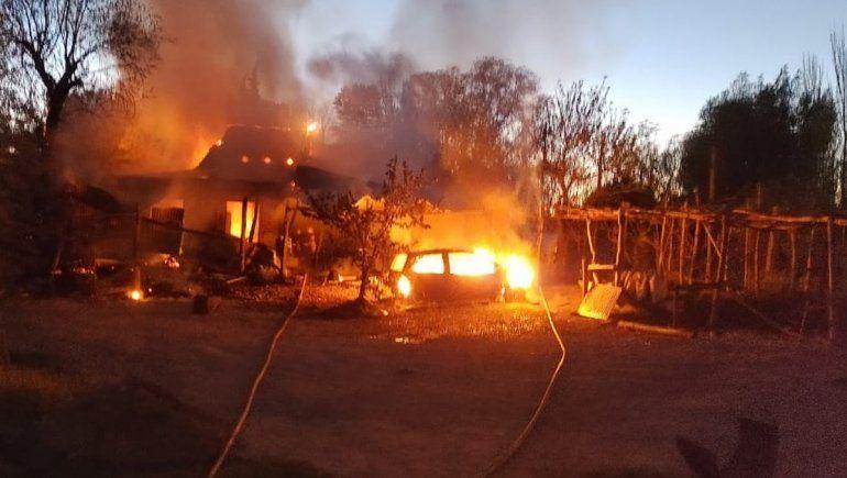 La chispa de una amoladora inició un incendio que destruyó una casa, un auto y una moto