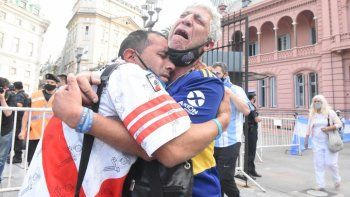 la foto que estremece: el abrazo del dolor que une a boca y a river