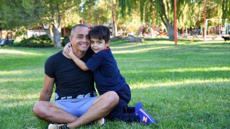 Damián pasó a buscar a Juan Agustín por el jardín y ambos posaron para las fotos allí cerca (Omar Novoa).
