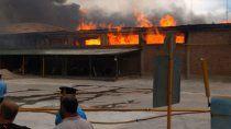 mas de 200 personas combaten el incendio en un galpon de empaque