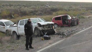 Ruta 151: quiso pasar a un camión y chocó de frente contra un auto