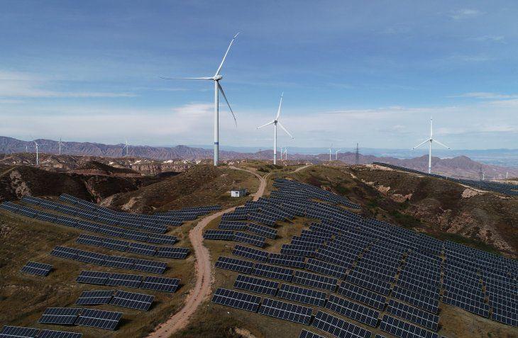 Imagen de archivo. Turbinas eólicas y paneles solares en una planta de State Power Investment Corporation (SPIC) en Zhangjiakou