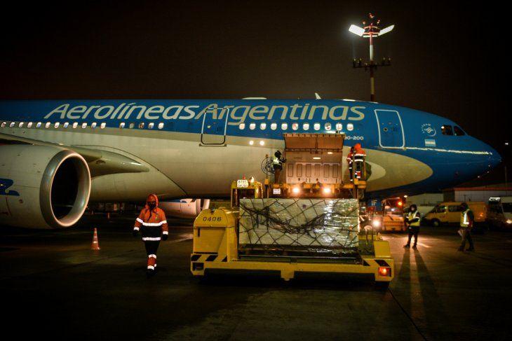 Foto de archivo -  Un avión de Aerolíneas Argentinas carga en el aeropuerto ruso de Sheremetievo