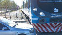 Un auto impedía el paso del tren y se lo llevó la grúa