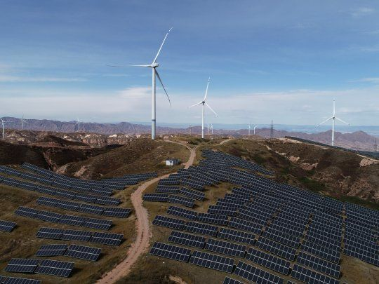 Imagen de archivo. Turbinas eólicas y paneles solares en una planta de State Power Investment Corporation (SPIC) en Zhangjiakou, provincia de Hebei, China. 29 de octubre de 2018. REUTERS / Stringer