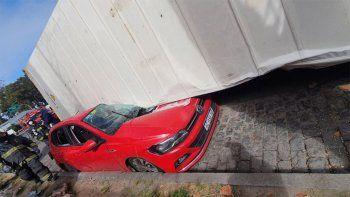 Impactante: un camión volcó y aplastó a dos autos