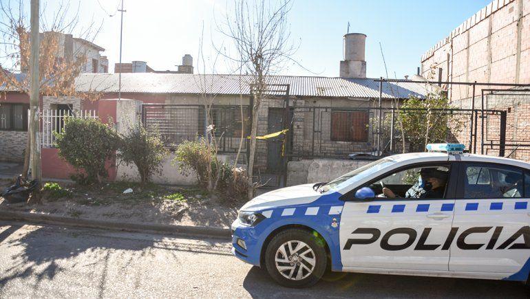 Una joven mató a su novio de una puñalada en el barrio Mariano Moreno. Investigan si fue en defensa propia.