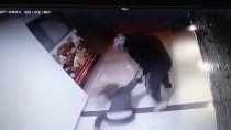 video: violento robo a una joven en el palier de un edificio centrico