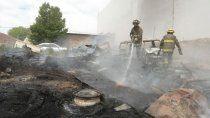 una chispa desato un incendio en un deposito de autos