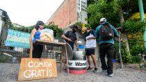 contra el hambre en pandemia: una familia reparte comida gratis
