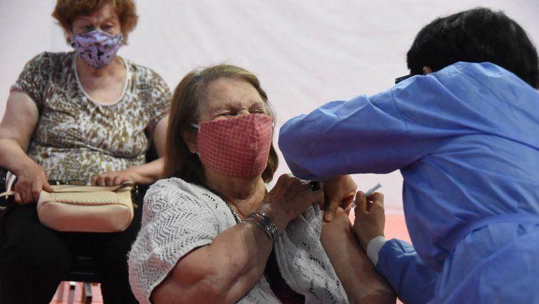 La vacunación de los mayores genera emoción en las familias.