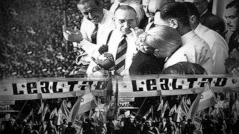 El 17 de octubre de 1945, Perón salió por primera vez al balcón de la Rosada a hablarle a sus seguidores. Por eso se celebra el Día de la Lealtad.