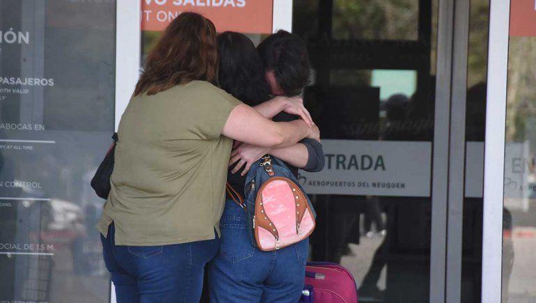 Las despedidas y los reencuentros se mudaron a la vereda del aeropuerto