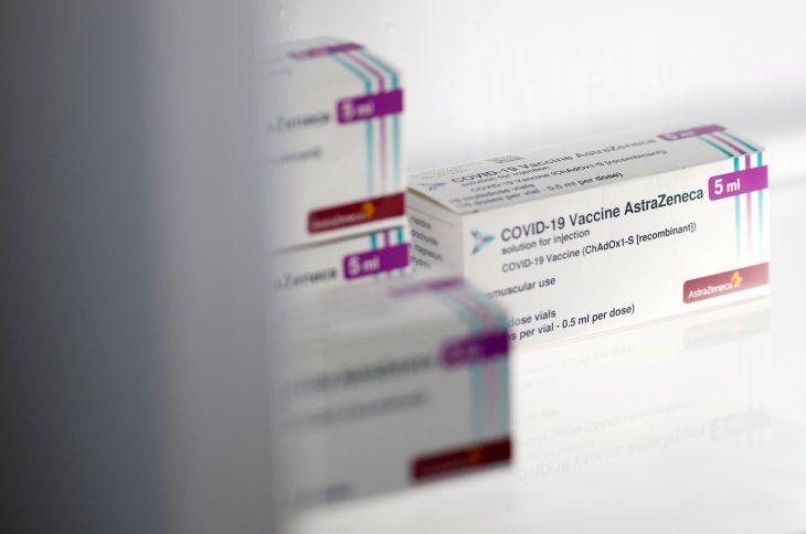 FOTO DE ARCHIVO: Cajas de la vacuna Oxford-AstraZeneca COVID-19 se ven en un refrigerador en un centro de vacunación contra la enfermedad por coronavirus (COVID-19) en La Baule