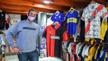 la pasion futbolera revive con las camisetas retro