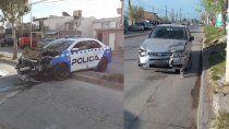 un patrullero ocasiono un choque que termino con un auto adentro de un duplex