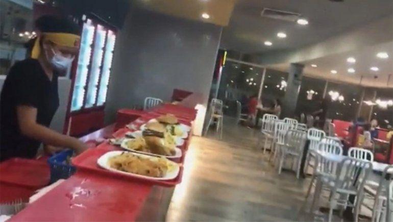Una mujer comió una hamburguesa y lo que masticó la dejó horrorizada