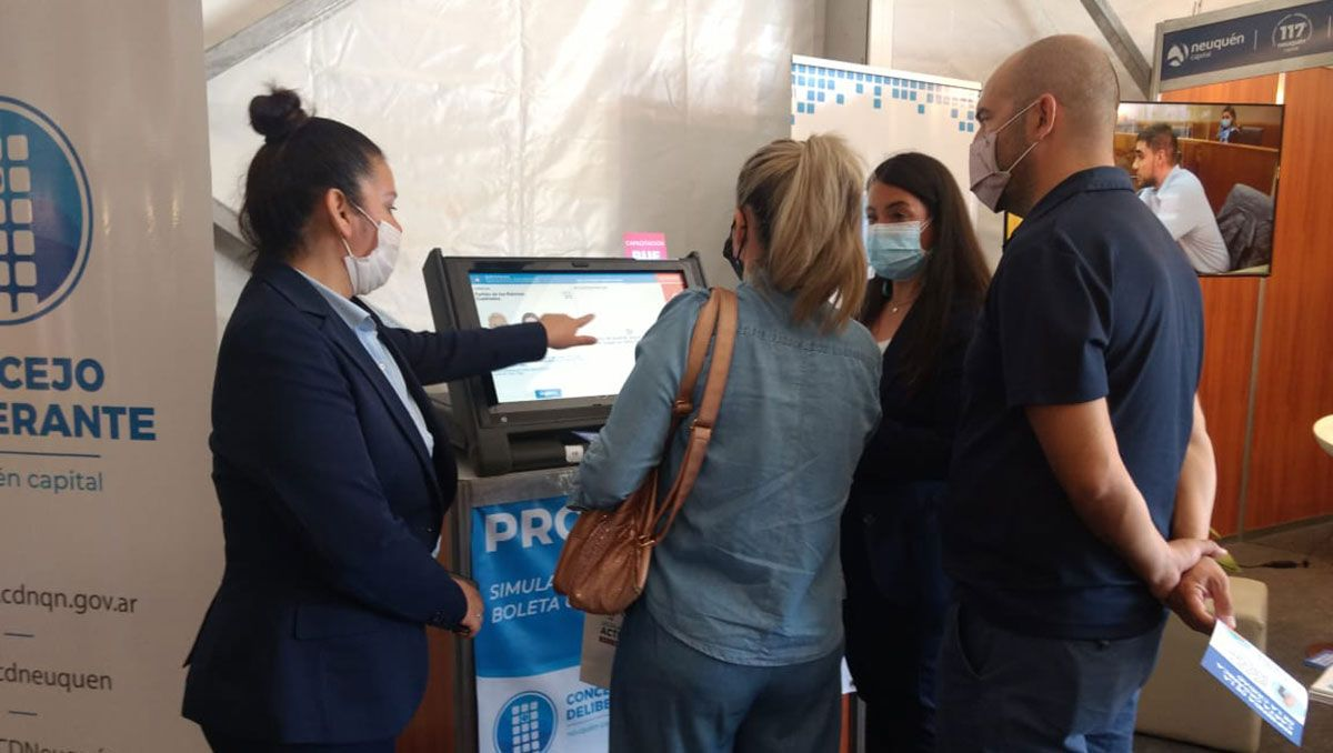 fuerte interes en practicar el voto electronico en la feria